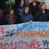 La protesta delle addette alle pulizie del ministero greco: non ci piegheremo!