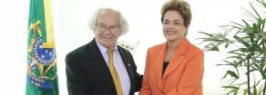 Il premio Nobel per la pace Adolfo Pérez Esquivel comunica a Dilma l'appoggio del Papa.