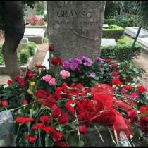 Porta un fiore rosso sulla tomba di Gramsci