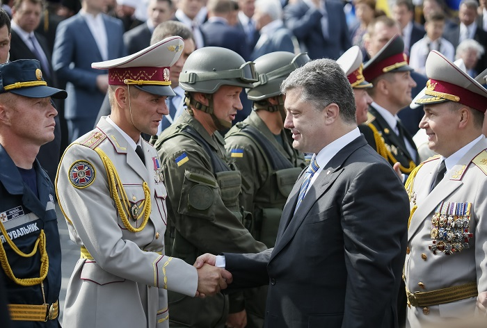 Ukraine's President Petro Poroshenko greets servicemen who participated in Ukraine's Independence Day military parade in the centre of Kiev